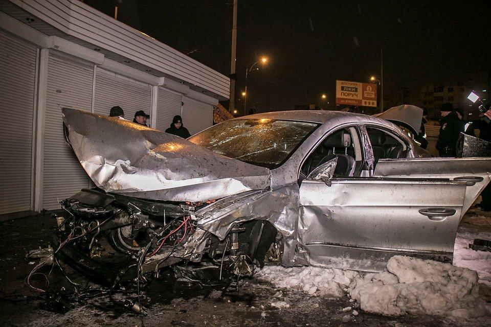 Летел 20 метров: В Киеве Volkswagen снес отбойник и оказался в подземный переход - фото 108719