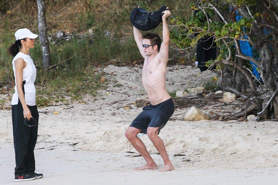 Роберта Паттинсона подловили полуголым на пляже, ФОТО - фото 106806