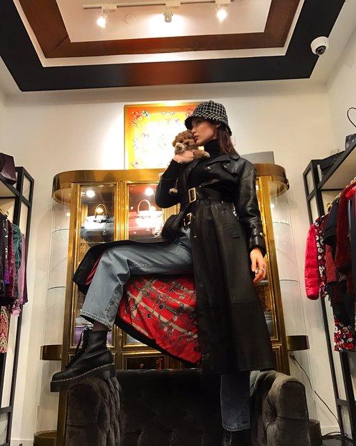 Голая Белла Хадид в примерочной прикрыла грудь собачкой - фото 105853
