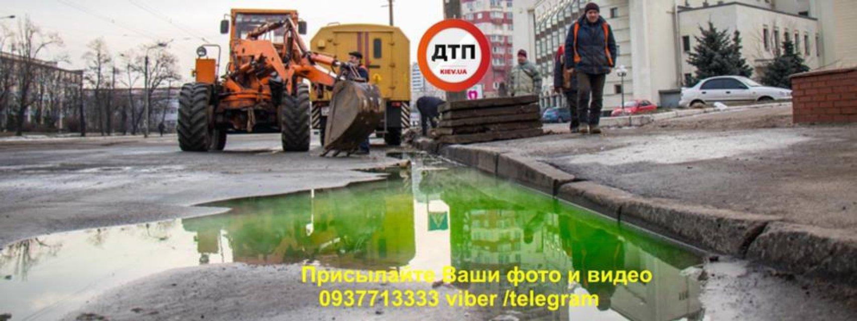 В Киеве из-за прорыва теплотрассы полилась зеленая вода - фото 107361