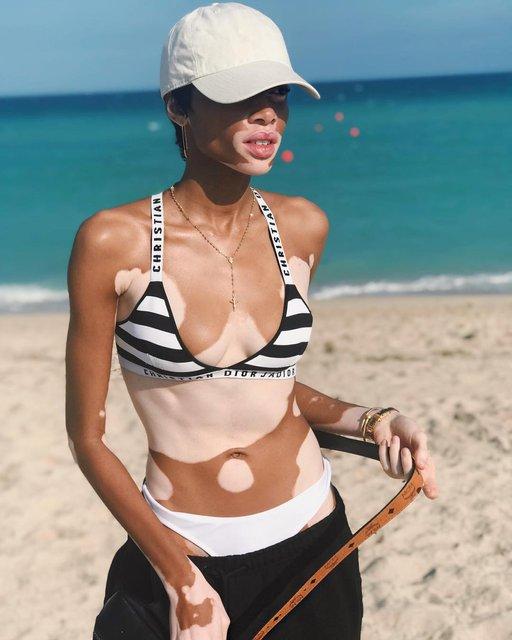 Модель Винни Харлоу порезвилась на пляже в вызывающем наряде - фото 106919