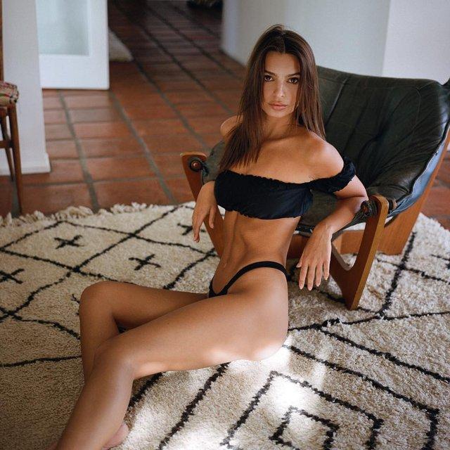 Эмили Ратажковски не вместила грудь в крошечном бикини - фото 106610