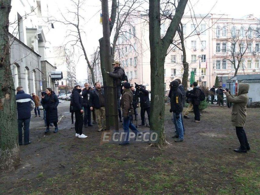 В центре Киева снесли крест УПЦ МП - фото 106226