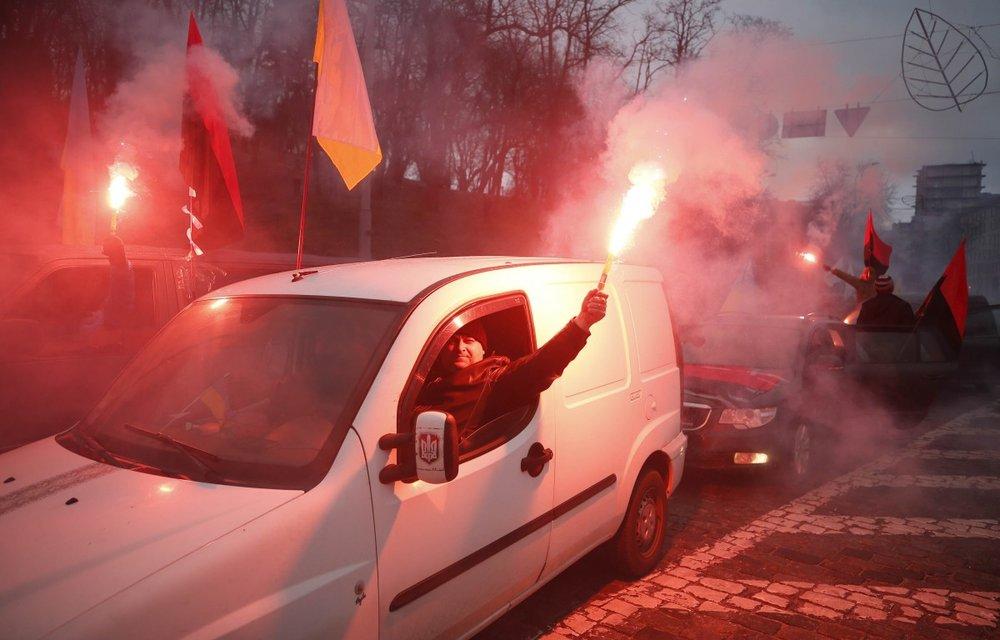 Участники 'Марша за будущее' на Европейской площади сформировали автоколонну и поехали к президенту  - фото 106437