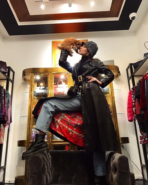 Голая Белла Хадид в примерочной прикрыла грудь собачкой - фото 105854