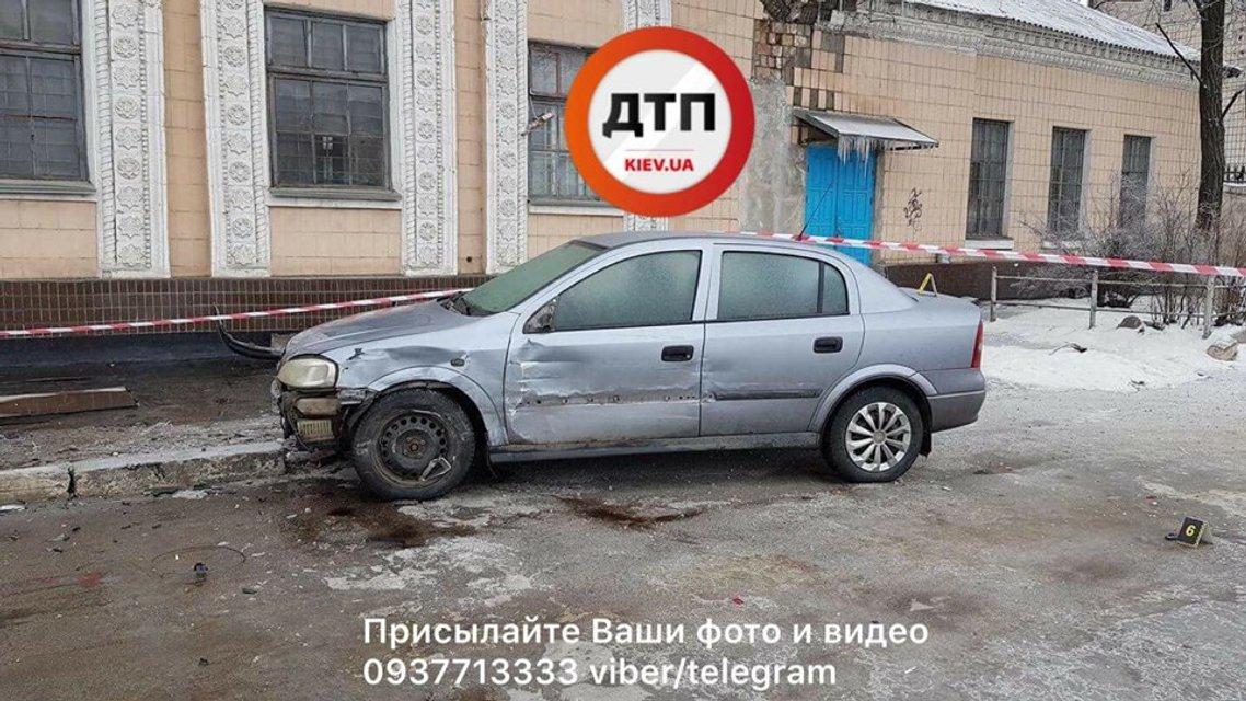 В Киеве BMW раздавил пешехода об столб (18+) - фото 108541