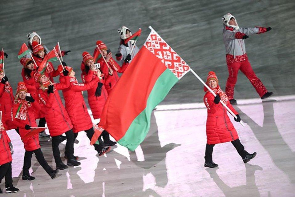 Українка Алла Цупер з прапором Білорусі - фото 107993