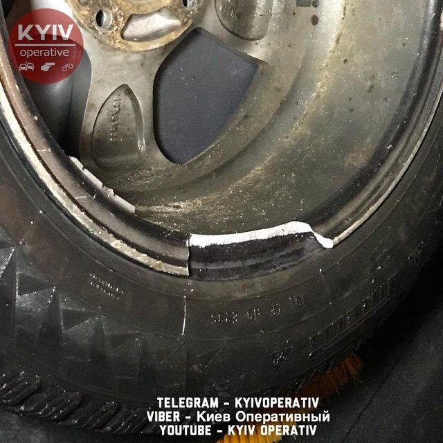 Поврежденные колеса из-за ямы на Шулявском мосту - фото 107709