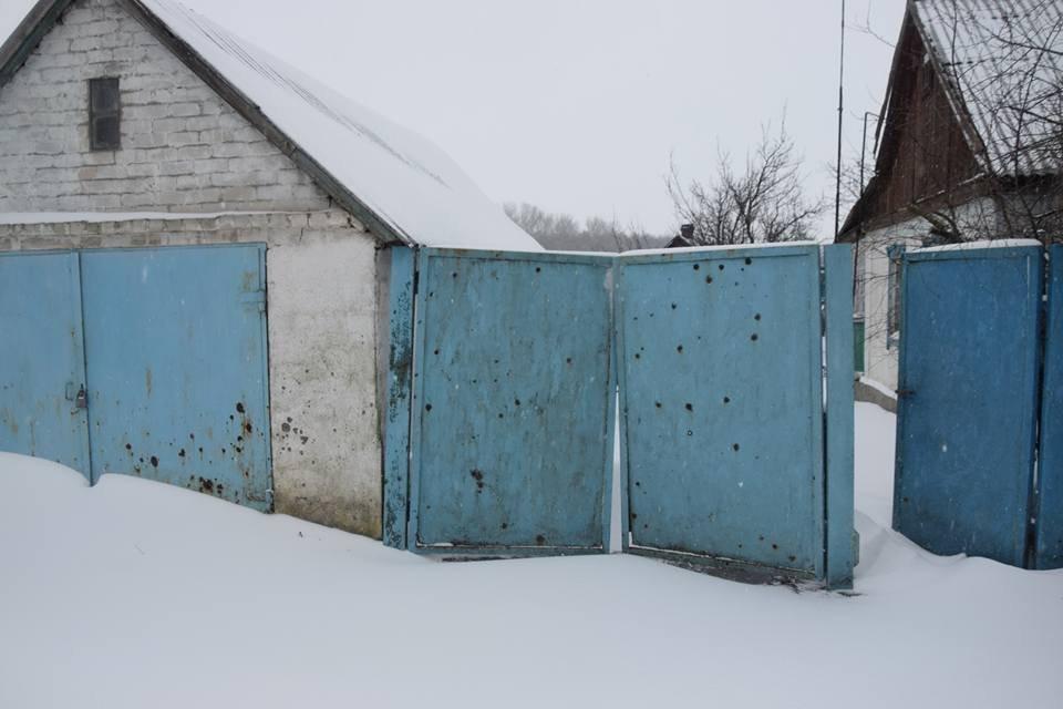 Безлюдно и заснежено: в ВСУ показали фото освобожденного поселка в Луганской области - фото 106215