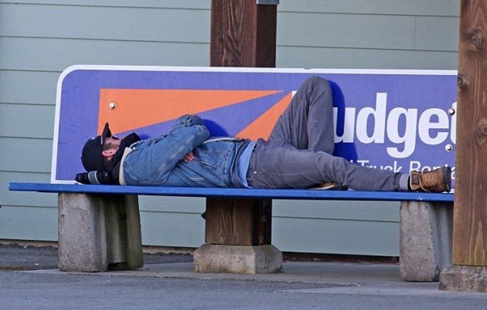 Кима Хемсворта заметили спящим на скамейке - фото 115227