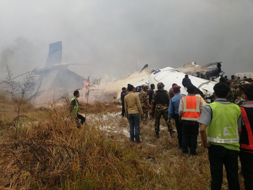 В Катманду разбился пассажирский самолет, есть выжившие - фото 113059