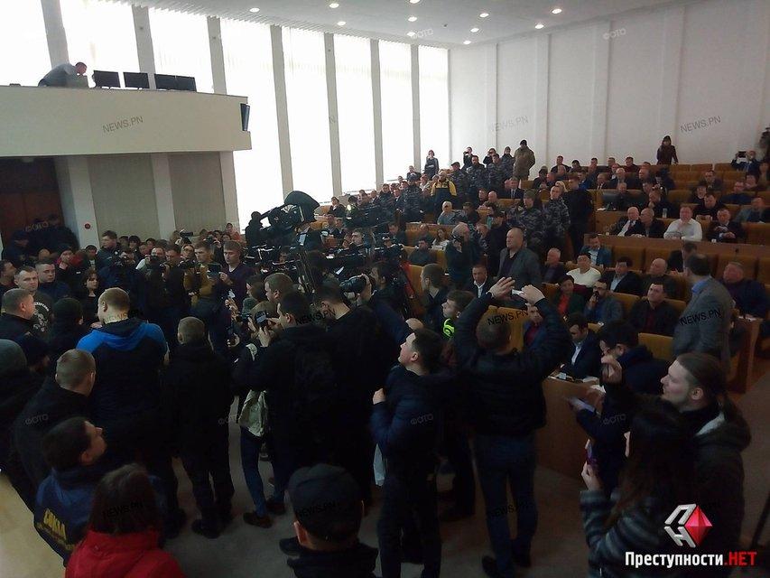 В Николаеве требуют отставки Савченко, активисты прорвались в облсовет - фото 116448