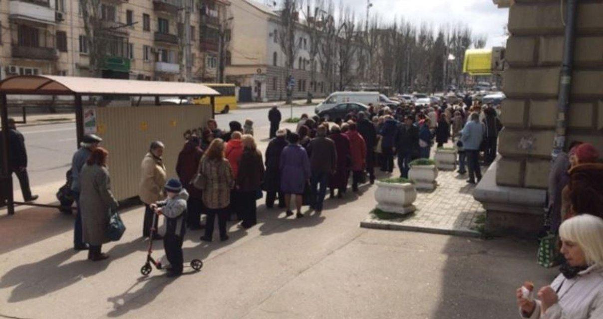 В ожидании подачки: тысячи севастопольцев пришли на раздачу медалек за участие в выборах - фото 116368