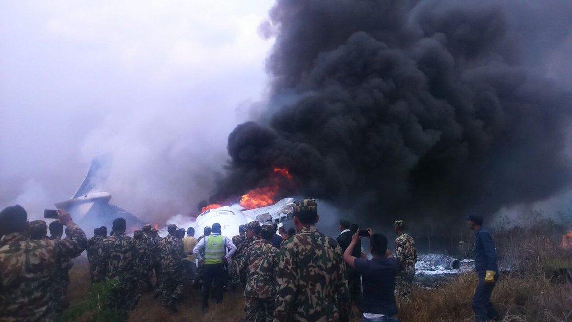 В Катманду разбился пассажирский самолет, есть выжившие - фото 113060