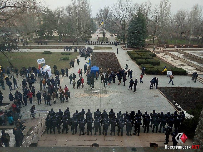 В Николаеве требуют отставки Савченко, активисты прорвались в облсовет - фото 116447