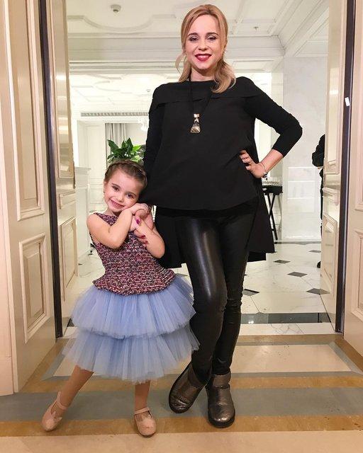 Лилия Ребрик с дочкой на показе - фото 115313