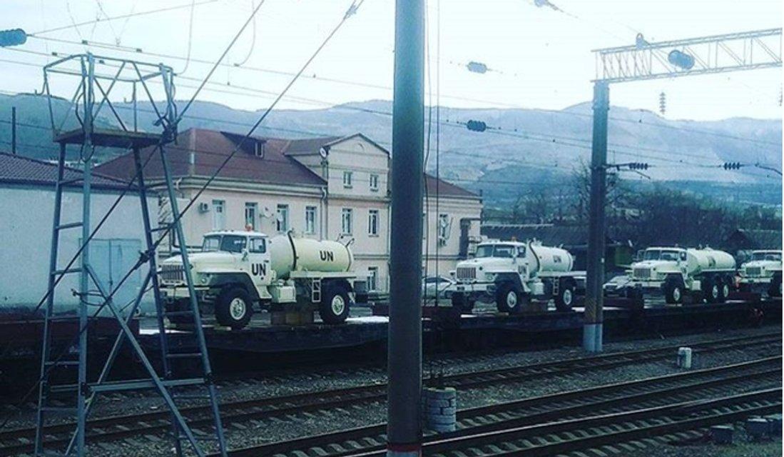 Россия сгоняет к украинской границе военные машины с символикой ООН - фото 112081