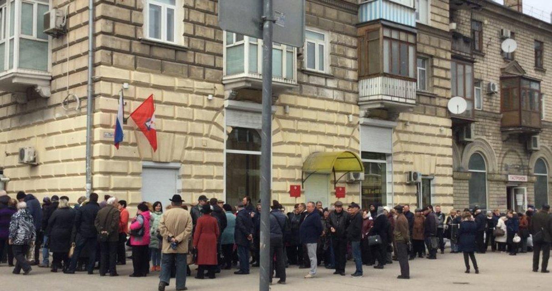 В ожидании подачки: тысячи севастопольцев пришли на раздачу медалек за участие в выборах - фото 116367