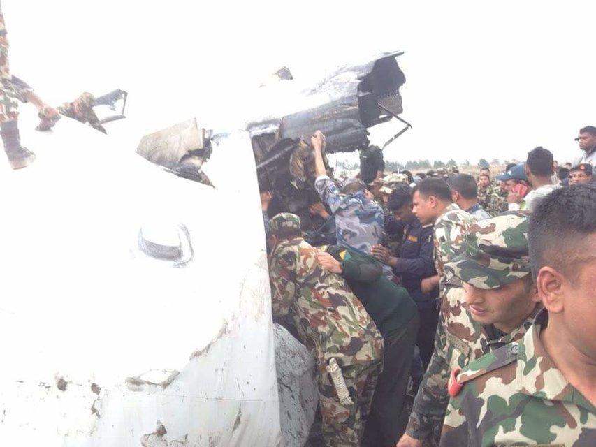 В Катманду разбился пассажирский самолет, есть выжившие - фото 113061