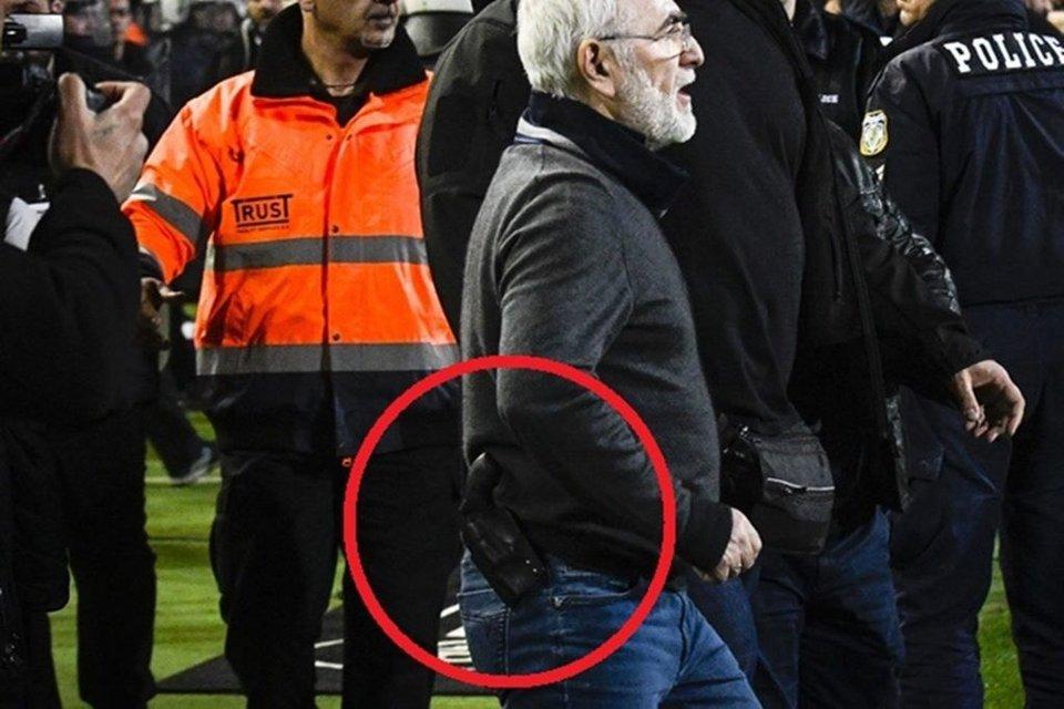 В Греции российских олигарх выбежал на поле с оружием во время матча своего клуба - фото 113048