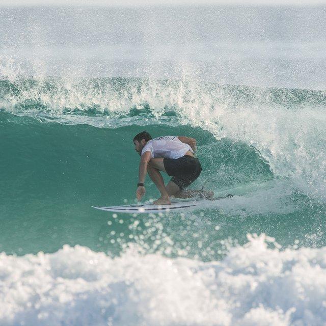 Ким Хемсворт на серфинге - фото 115228