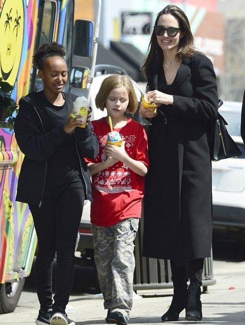 Анджелина Джоли с дочками - фото 116109