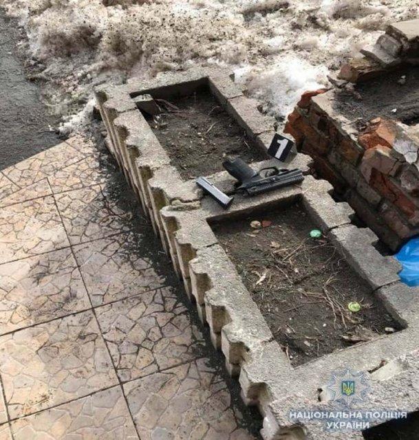 В супермаркете в центре Киева неизвестный устроил стрельбу, есть пострадавшая - фото 113363