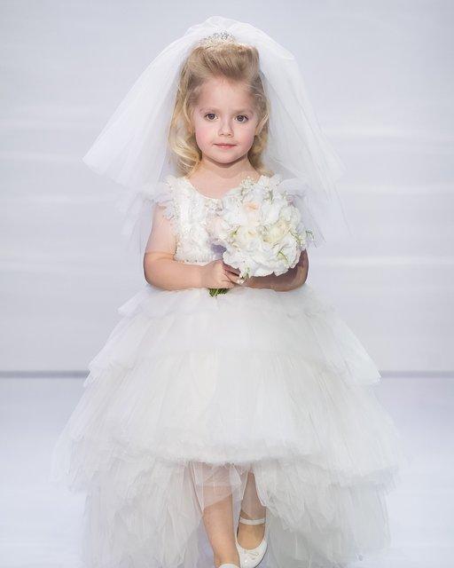 Лиза на показе в роли невесты - фото 114979