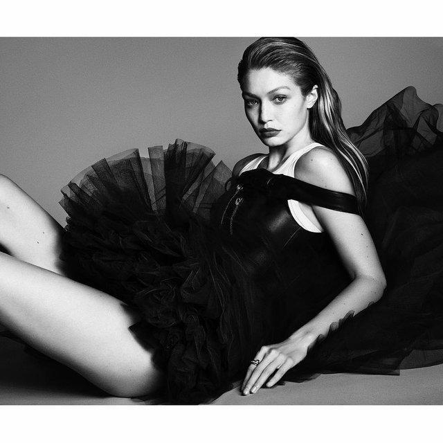 Латекс и кожа: Джиджи Хадид снялась в пикантной съемке для Vogue - фото 120701
