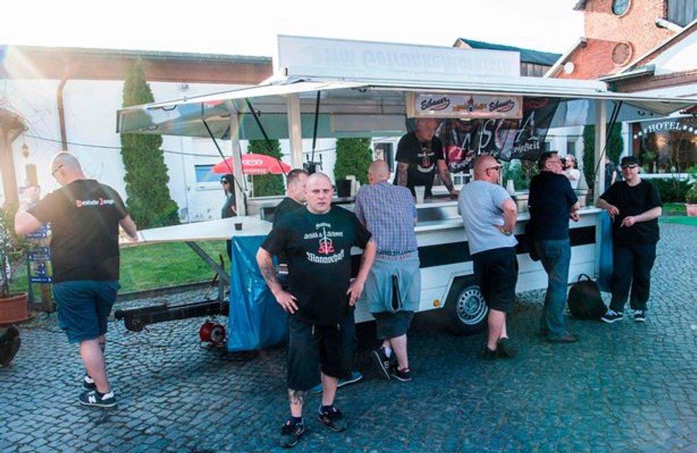 В Германии прошел музыкальный фестиваль в честь дня рождения Адольфа Гитлера - фото 121026