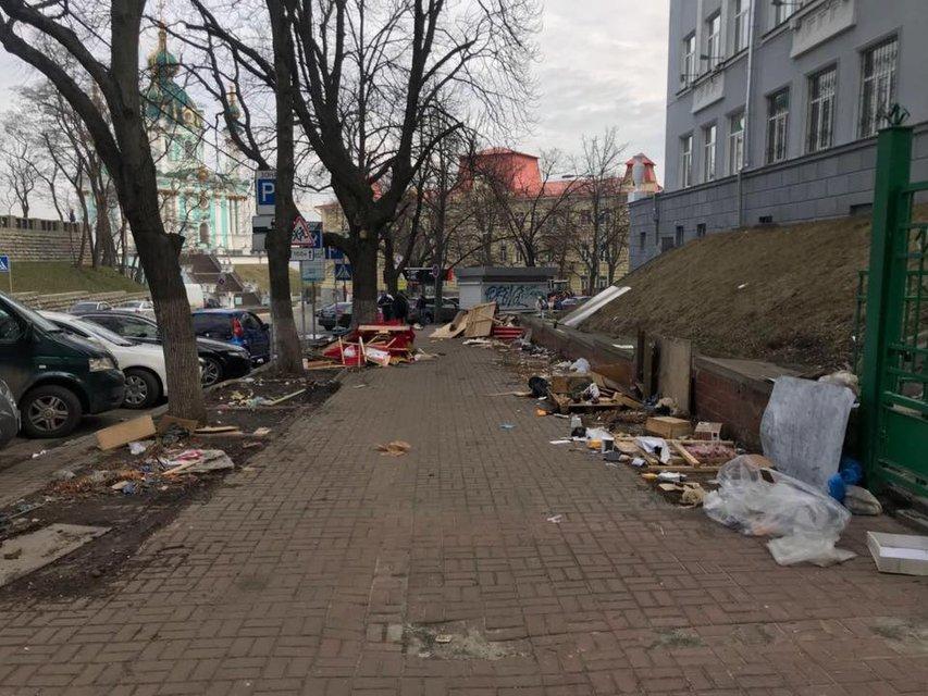 Коммунальщики разнесли МАФы на Андреевском спуске и оставили после себя хаос (ФОТО) - фото 117456