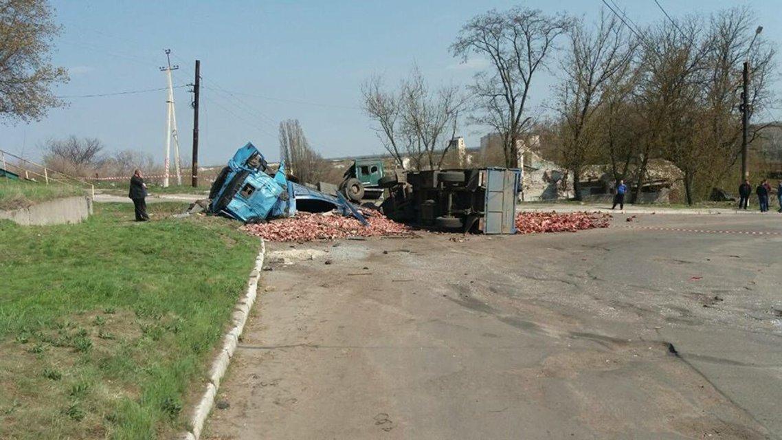 В Луганской области столкнулся грузовик и маршрутка, много пострадавших - фото 119854