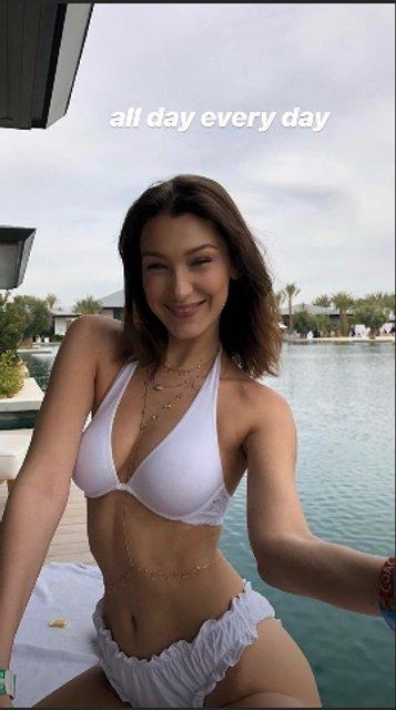 Белла Хадид топлес показала как загорает у басейна - фото 119933