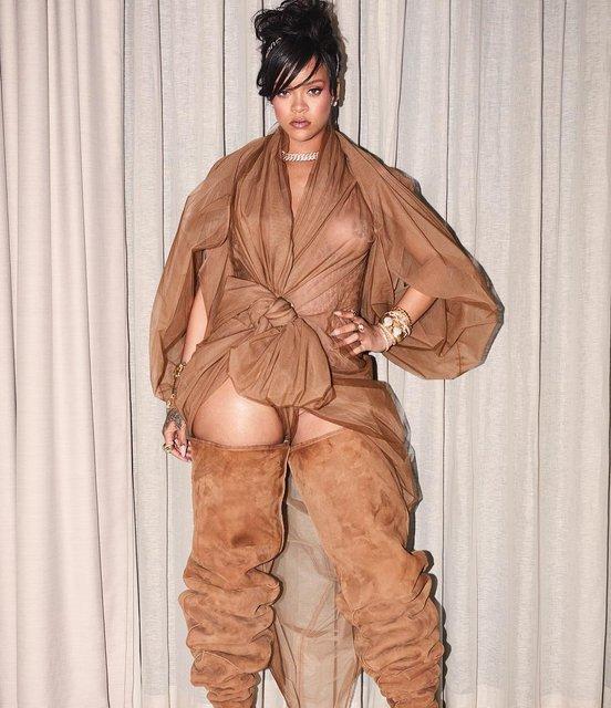 Coachella-2018: Рианна без белья засветила грудь в прозрачном наряде - фото 119782