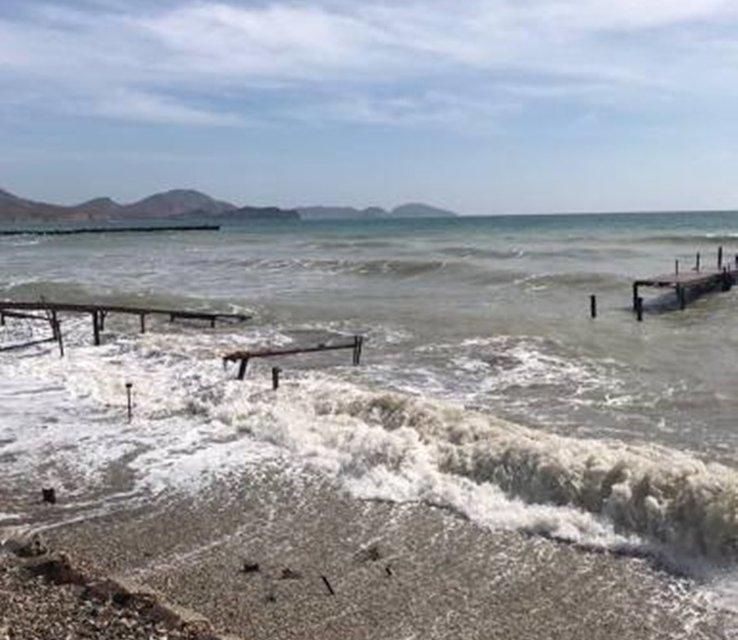 Туристический сезон на грани срыва: топовые пляжи Крыма затопило нечистотами (ФОТО) - фото 117058