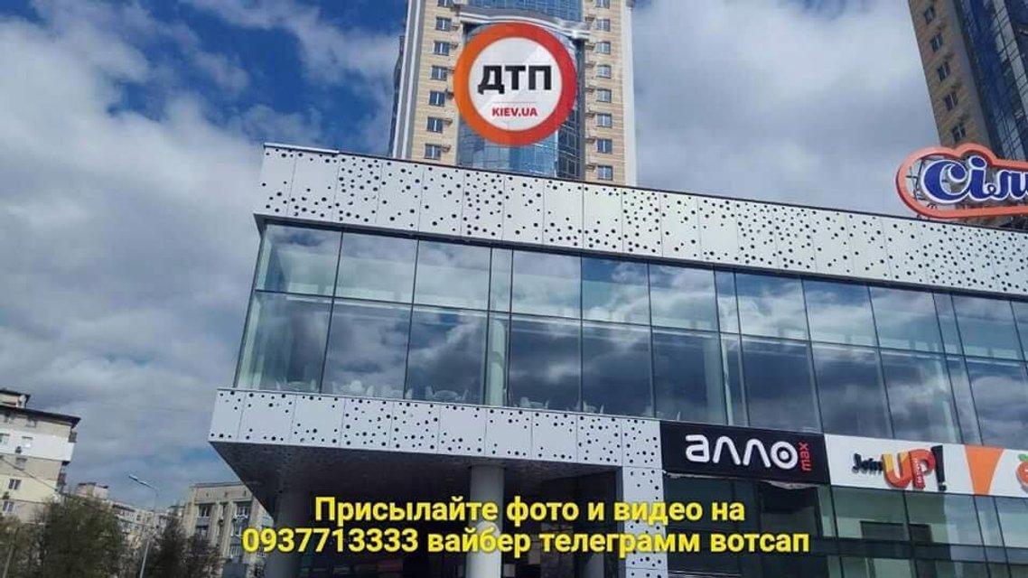 В Киеве с нового торгового центра упала крыша, есть пострадавшие (ФОТО) - фото 120539
