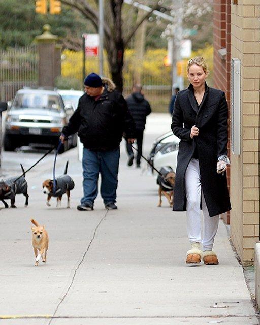 Дженнифер Лоуренс прогулялась по Нью-Йорку в тапочках - фото 117574