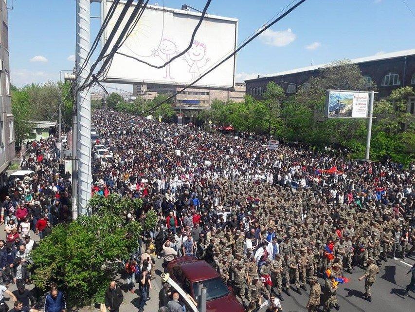 Премьер Армении подал в отставку после массовых протестов - фото 121305