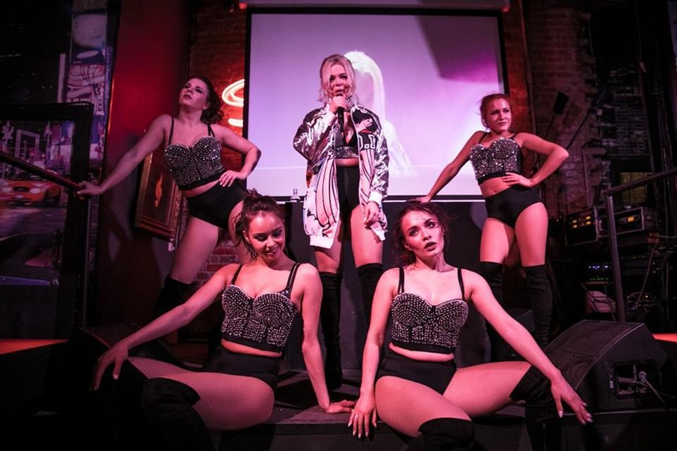 Появились провокационные фото Алины Гросу с премьеры ее альбома Бас - фото 120290