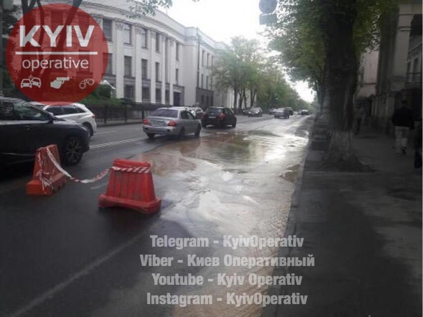 Возле Рады прорвало трубу, улицу частично затопило - фото 121971