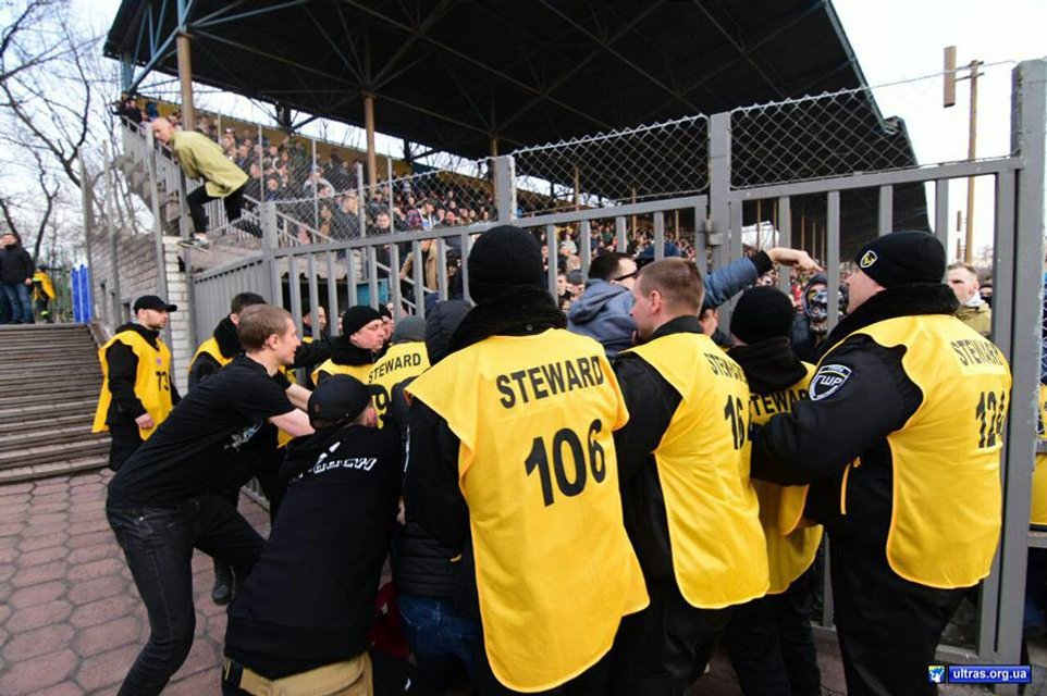 Фанаты 'Динамо' травмировали 9 полицейских в Мариуполе - фото 117070