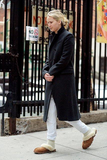 Дженнифер Лоуренс прогулялась по Нью-Йорку в тапочках - фото 117573