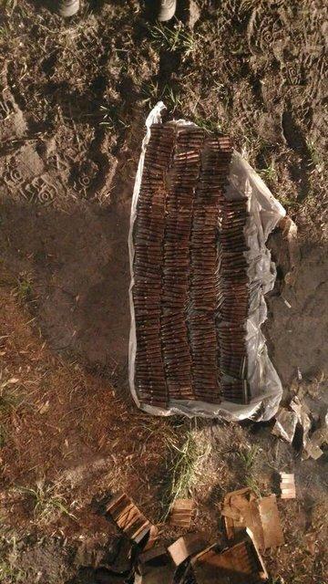 В Киеве в водах Днепра нашли тайник с оргомным арсеналом взрывчатки и оружия (ФОТО) - фото 122573