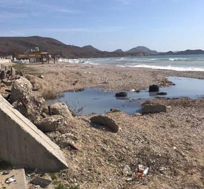 Туристический сезон на грани срыва: топовые пляжи Крыма затопило нечистотами (ФОТО) - фото 117057