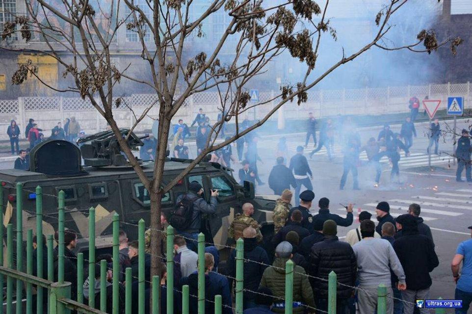 Фанаты 'Динамо' травмировали 9 полицейских в Мариуполе - фото 117072