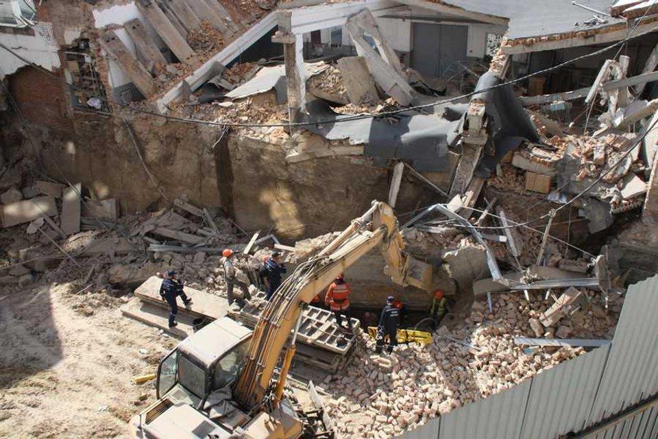 В Виннице на строителей обрушилась стена дома (ФОТО) - фото 118607