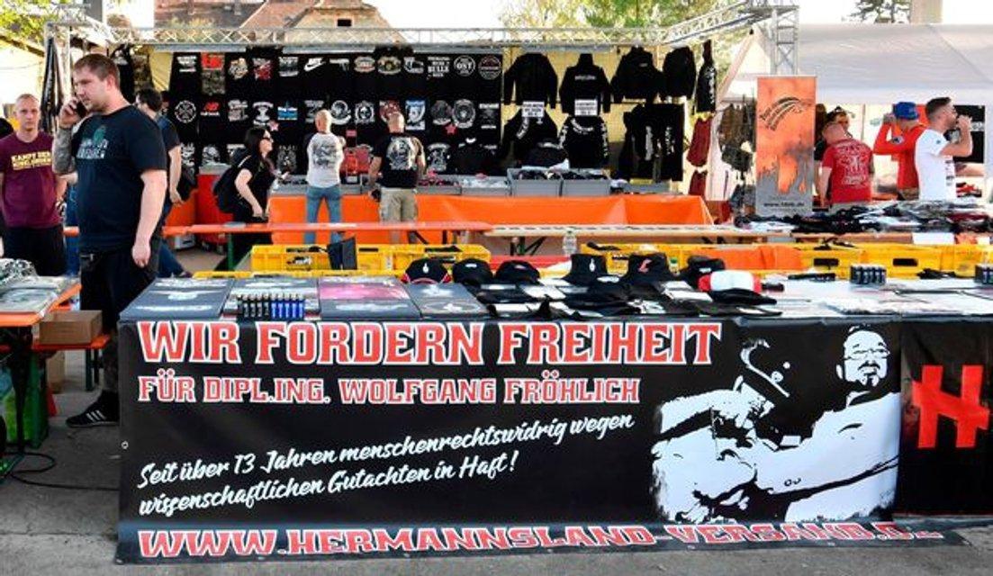 В Германии прошел музыкальный фестиваль в честь дня рождения Адольфа Гитлера - фото 121027