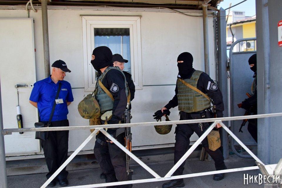 В порту Фирташа проходят обыски - фото 122006