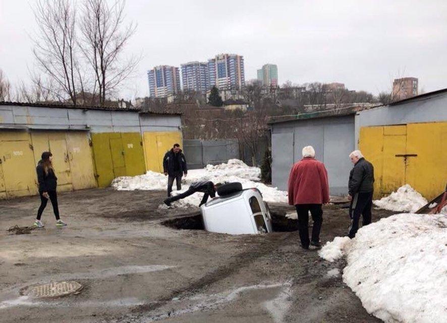 В Харькове десятки жилых домов остались без воды, а внедорожник ушел под землю (ФОТО) - фото 117266