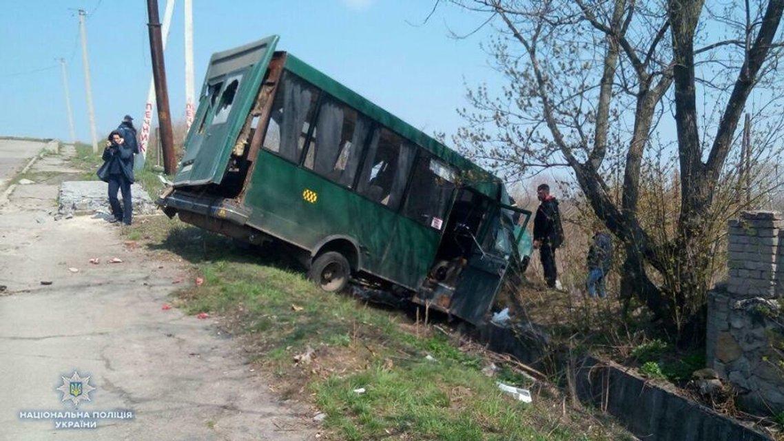 В Луганской области столкнулся грузовик и маршрутка, много пострадавших - фото 119853